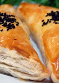 Tavuklu mantarlı üçgen milföy börek