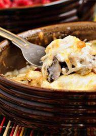 Güveçte fırınlanmış mantarlı tavuk yemeği